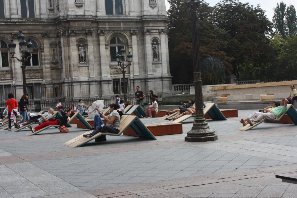 People relaxing outside Hôtel de Ville