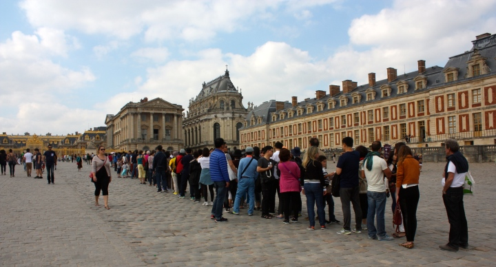 The huge queue to get into the Palace of Versailles